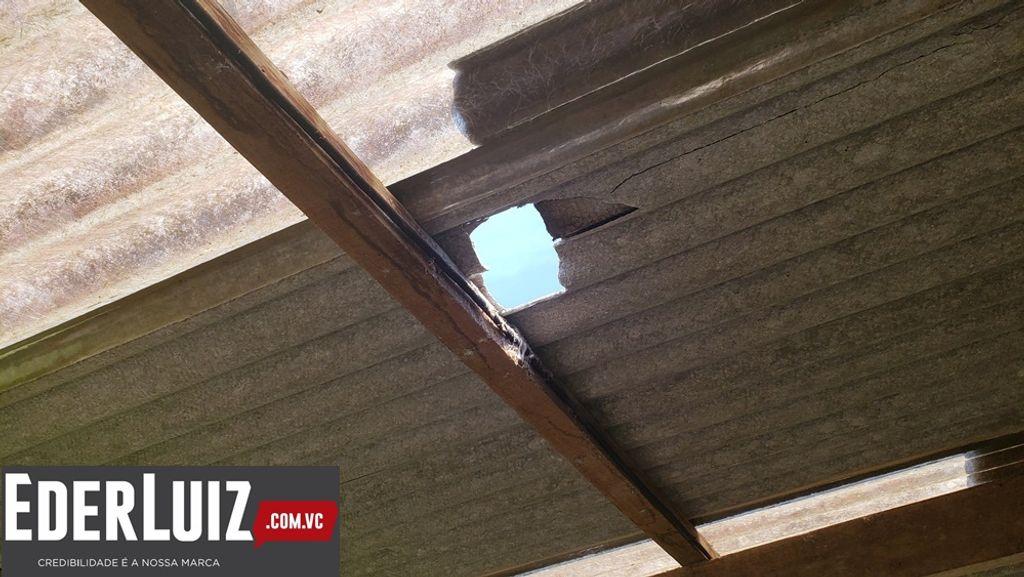 Buraco causado por uma das pedras no telhado