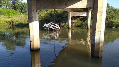 Motorista de caminhão que caiu no Rio Irani recebe alta e já está em casa