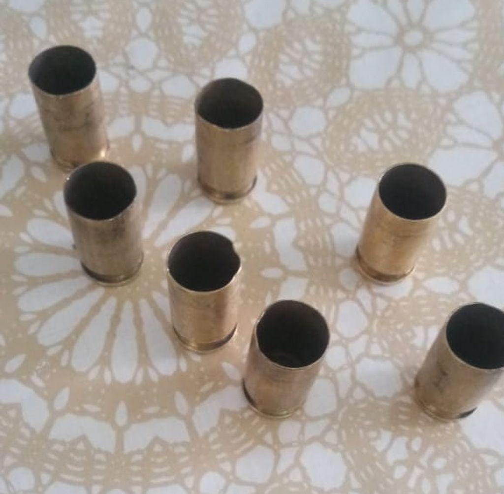 Projéteis encontrados na rua após os disparos.