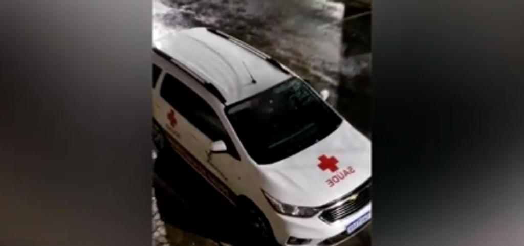 Homem é flagrado se masturbando dentro de veículo da saúde