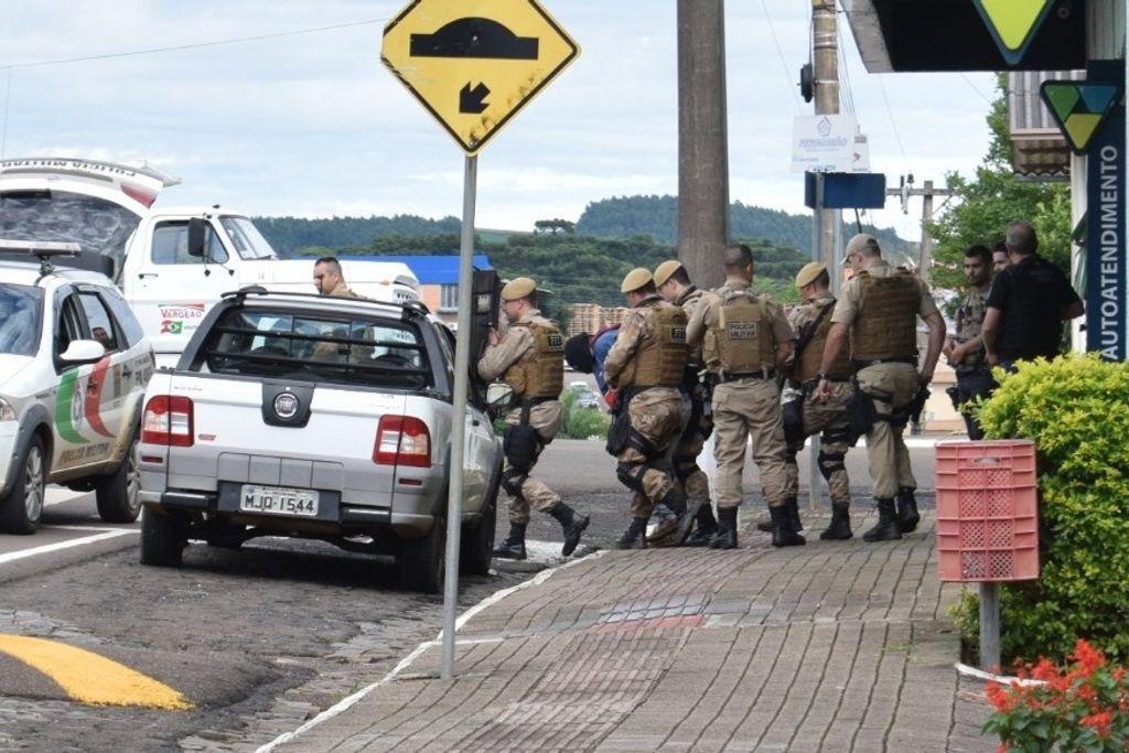 Assaltante foi preso após manter três funcionários reféns (Foto: Oeste Mais)