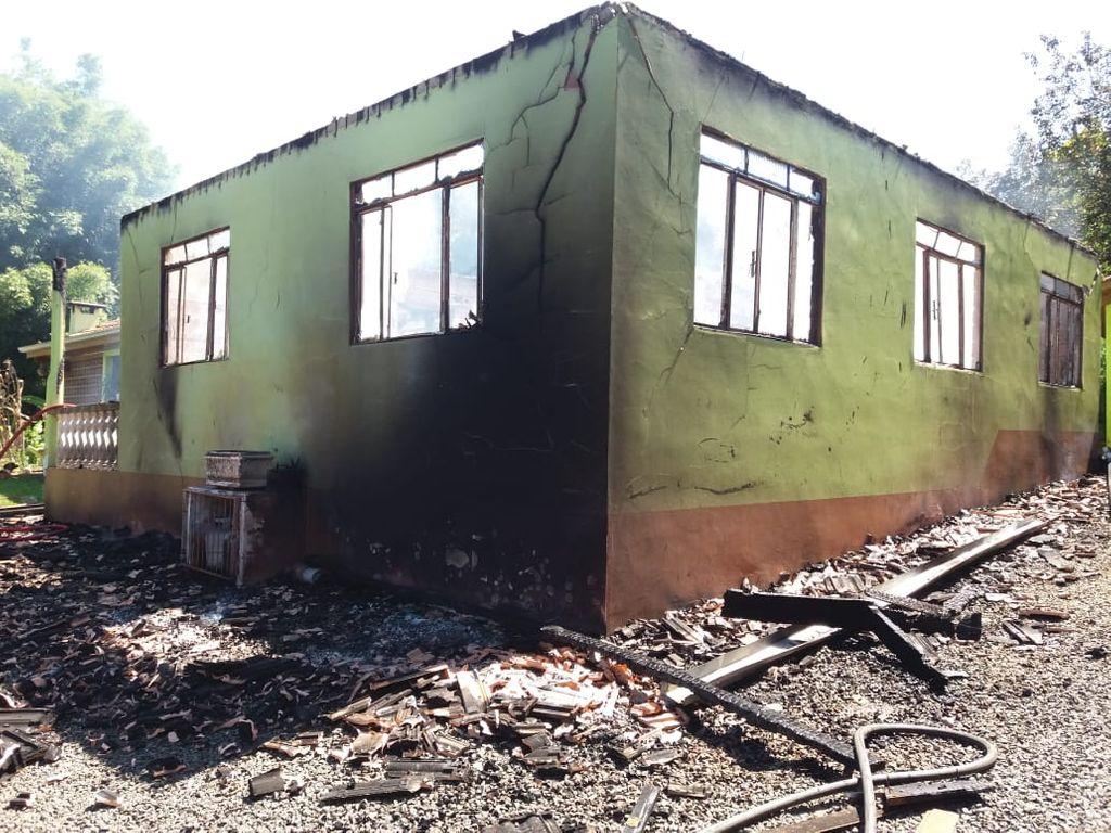 Residência é destruída por incêndio no interior de Ibicaré