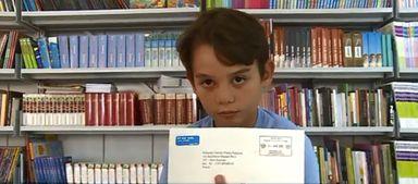 Eduardo com a carta que recebeu do Palácio de Buckingham (Foto: Reprodução/NSC TV)