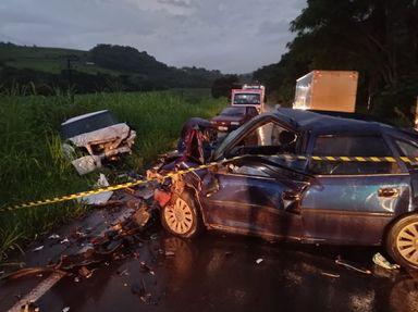 Colisão entre automóvel e caminhonete mata motorista de 28 anos