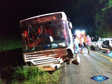 Acidente entre carro e ônibus deixa uma pessoa ferida em Capinzal
