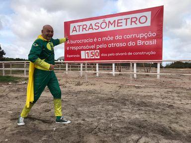 "Luciano Hang inaugura placa do ""Atrasômetro"""
