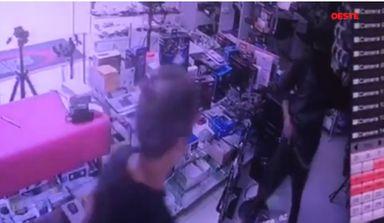 Câmeras registram momento em que ladrões assaltam eletrônica em Irani