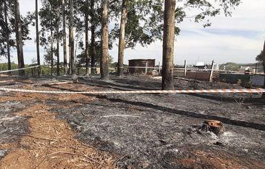 Caixão queimado e ossos são encontrados nos fundos de cemitério em Caçador