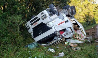 Cabine do caminhão ficou destruída