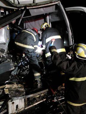 Motorista fica preso às ferragens após acidente envolvendo ônibus e caminhão