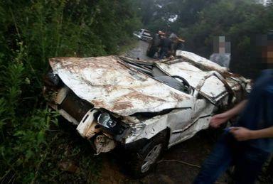 Um susto enorme! Veículo cai em ribanceira e fica destruído em Catanduvas