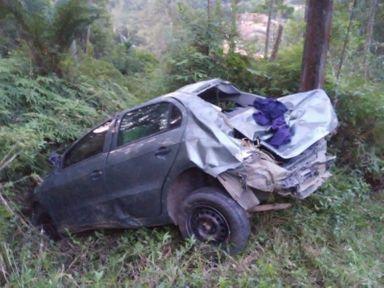 Passageiro do veículo foi socorrido depois que uma moradora ouviu um pedido de socorro – Foto: Divulgação/ND