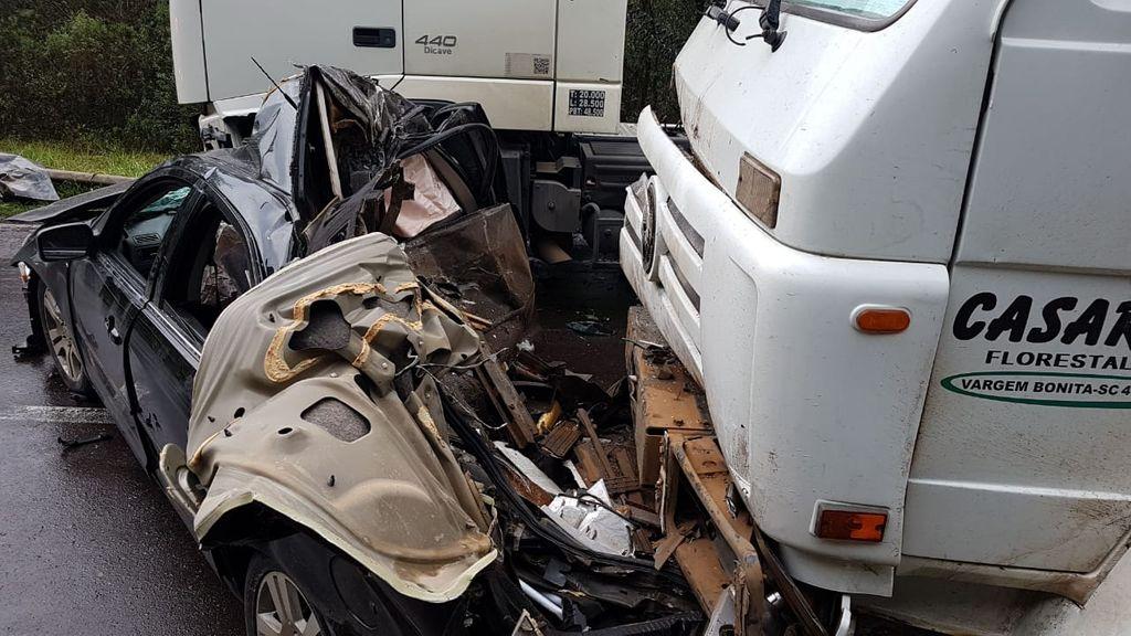 Fotos mostram destruição de veículo envolvido em engavetamento na BR-282