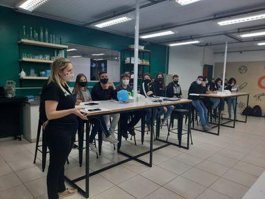 Alunos da Escola Mercedes Luiza Nascimento realizam atividades relacionadas a tabela periódica e elementos químicos
