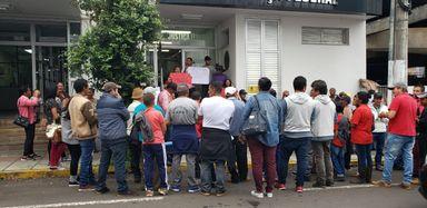 Grupo de manifestantes em frente à Justiça Federal de Joaçaba. (Foto: Portal Éder Luiz)