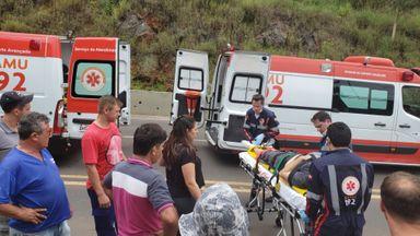 Acidente entre moto e carro no acesso Adolfo Zigelli deixa duas pessoas feridas