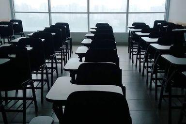 Servidora de escola que teve a mesa colocada no banheiro será indenizada por assédio