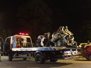 Um dos carros envolvidos no acidente na Floriano Rodrigues Pinheiro chega à base da PRE