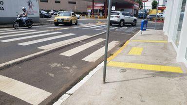 Duas faixas para pedestres juntas confundem motoristas e pedestres no centro de Joaçaba