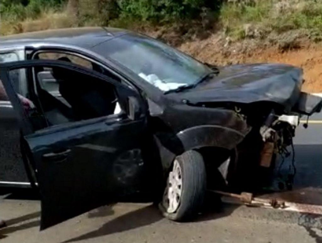 Motorista foi projetada do veículo após colisão contra barranco (Foto: Redes Sociais)