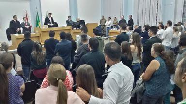 Uma das famílias vítimas do acidente acompanhou abraçada a leitura da sentença do vereador.