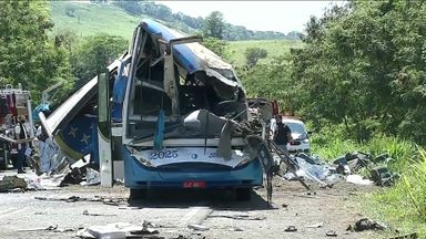 Bombeiro diz que algumas vítimas da batida com 41 mortos foram arremessadas do ônibus