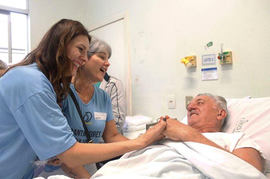 Membros do grupo interagindo com um dos pacientes