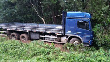 Caminhão sai da pista e bate contra árvores na BR-282 em Joaçaba