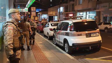 PM flagra homens fumando maconha em ponto movimentado do Centro de Joaçaba
