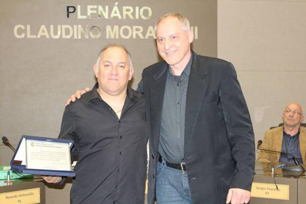 Músico Silvio dos Santos recebe homenagem na Câmara de Joaçaba