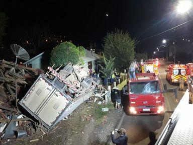 Caminhão bate contra casa e motorista morre