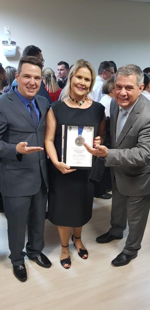 Dr. Vilton e Fabiane de Souza com o apresentador do prêmio, jornalista Mário Motta.