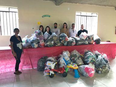 Dindos do Bem doam roupas e calçados para comunidade da Vila Cachoeirinha