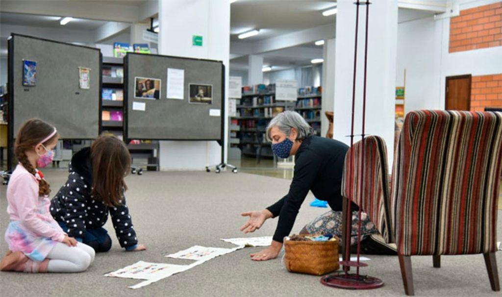 Rita Baratieri interagindo com algumas crianças durante a exposição  (Foto: Thais Schardong)