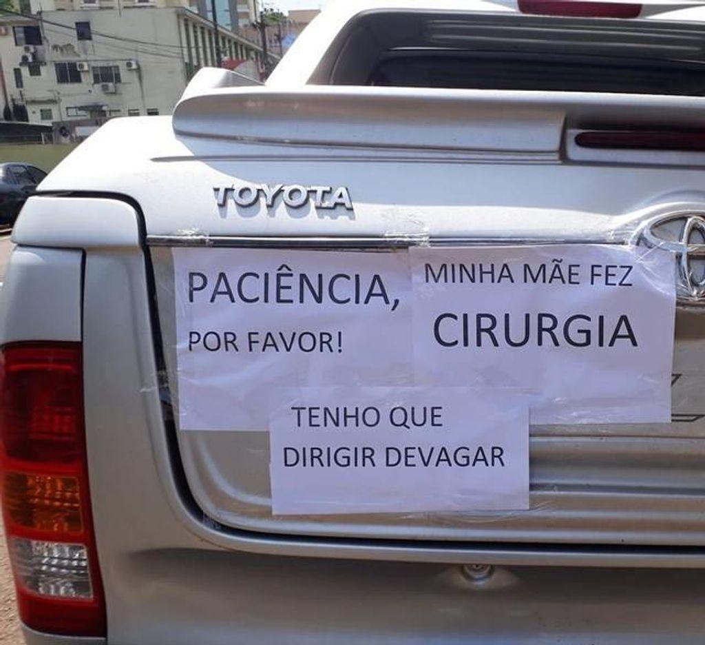 Cartazes em caminhonete pedem paciência e justificam lentidão em viagem até SC