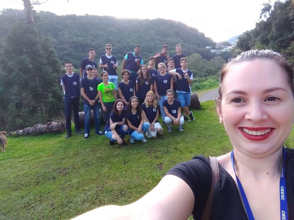 Educadora Franciely com os alunos