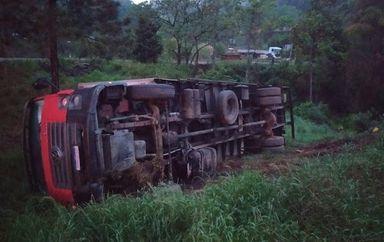 Caminhão sai da pista e tomba as margens da BR-282