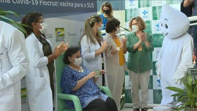 Margareth Dalcolmo é vacinada na Fiocruz