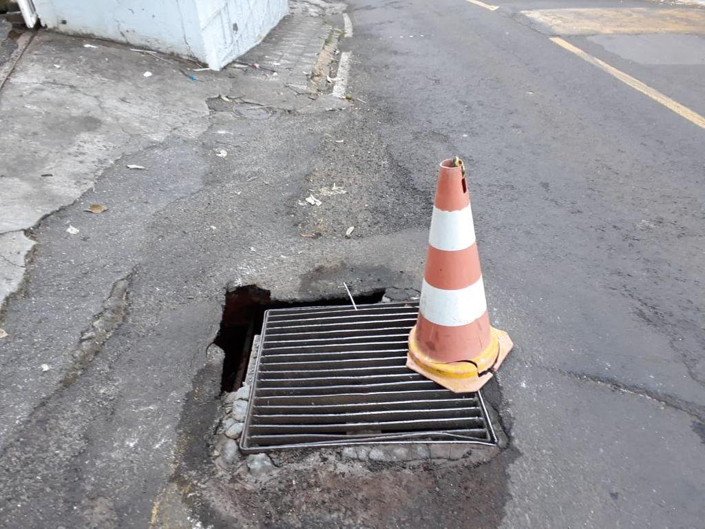 Buraco se abre na Rua Martinho Lutero e exige atenção dos motoristas