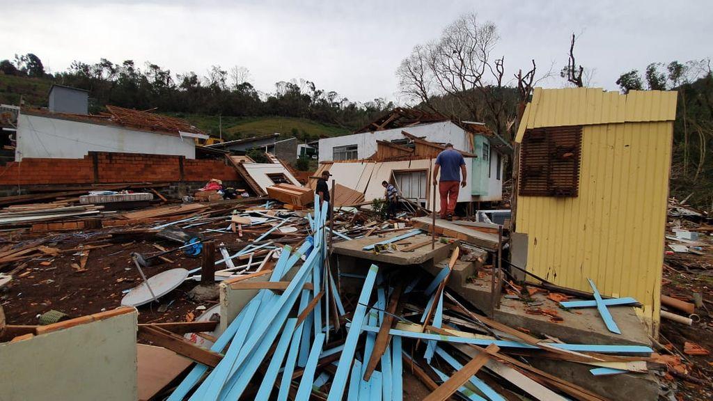 Casa em frente a de Enir ficou destruída.