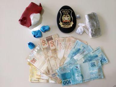 Drogas e dinheiro apreendidos pela Polícia Civil.
