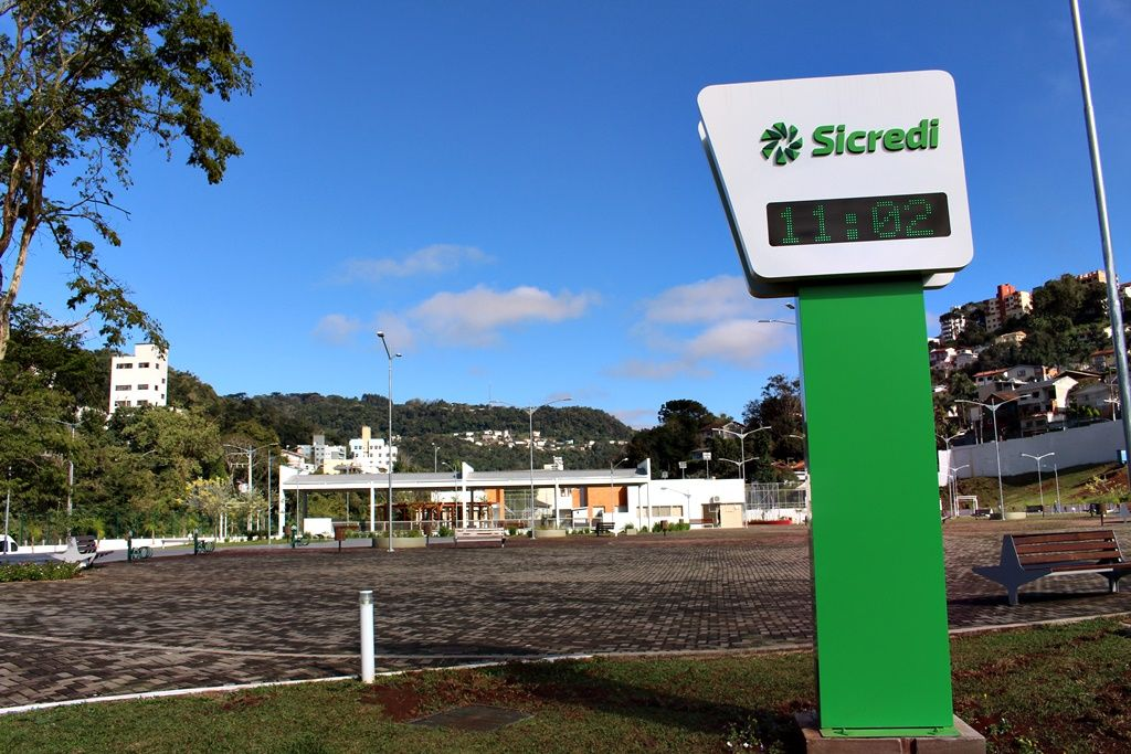 Sicredi entrega medidor de temperatura e relógio digital para o parque de Joaçaba