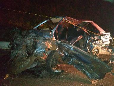 Acidente entre carro e caminhão mata motorista na BR 282