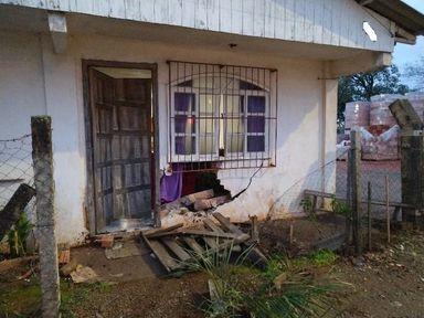 Residência é atingida por veículo em Campos Novos