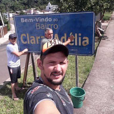Voluntários reinstalam placa de bairro que estava caída há meses em Joaçaba