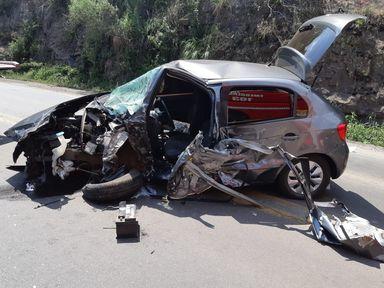 Duas pessoas ficam presas nas ferragens em acidente na BR-282