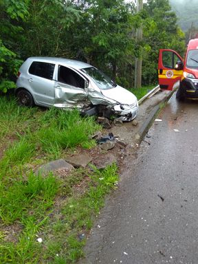 Colisão entre carro e caminhão é registrada na SC 135 em Tangará