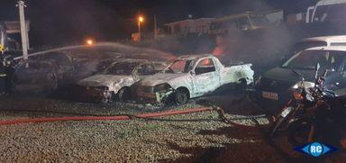 Incêndio criminoso destrói 13 veículos apreendidos em empresa de guincho de Capinzal