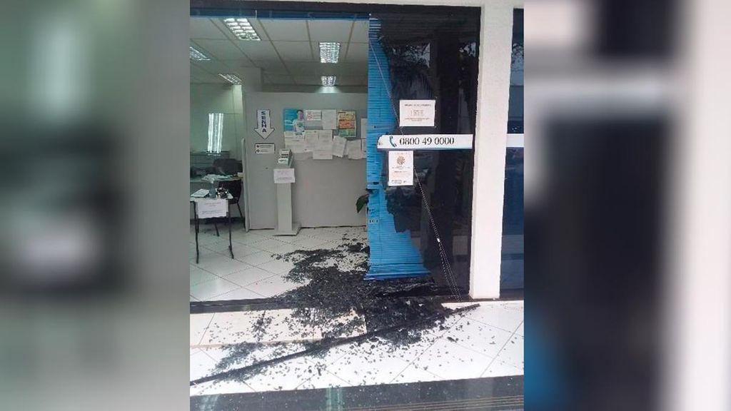 Ataque de fúria: Homem quebra porta de escritório de distribuidora de energia elétrica
