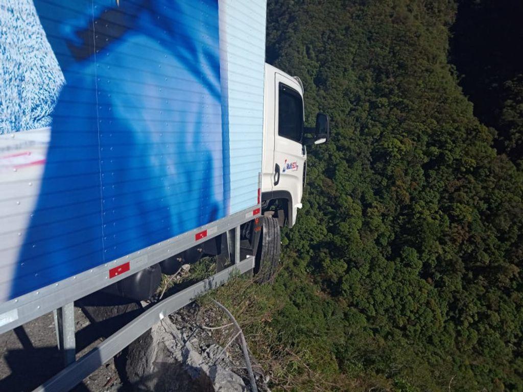 Caminhão com placas de Herval quase despenca na Serra do Rio do Rastro